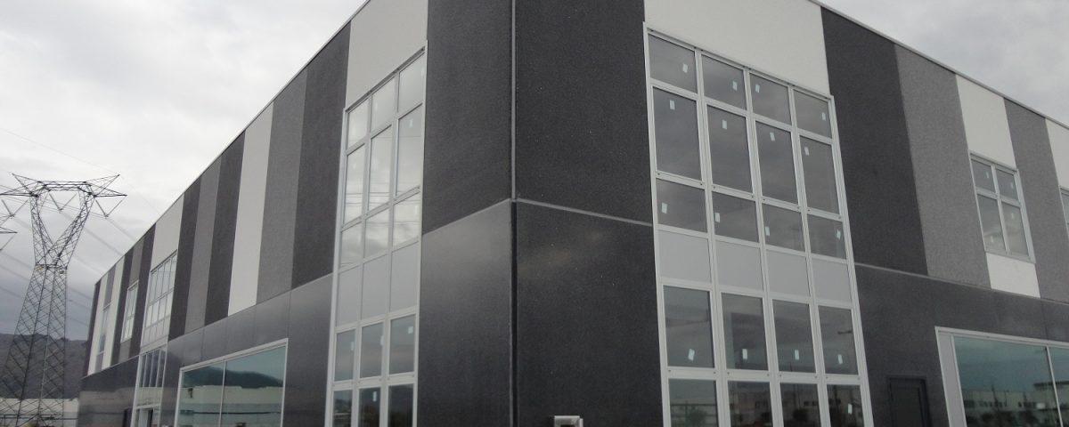 Edificio multicolor con finitura levigata e bocciardata-stai_prefabbricati